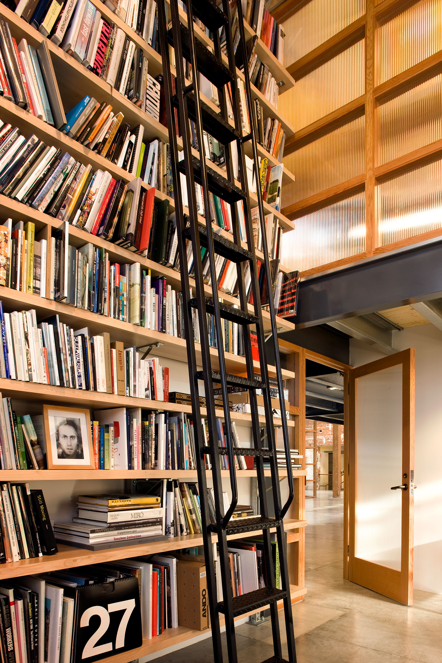 modern-architecture-commercial-interiors-creative-office-library-california-shubindonaldson-biscuit-filmworks-01