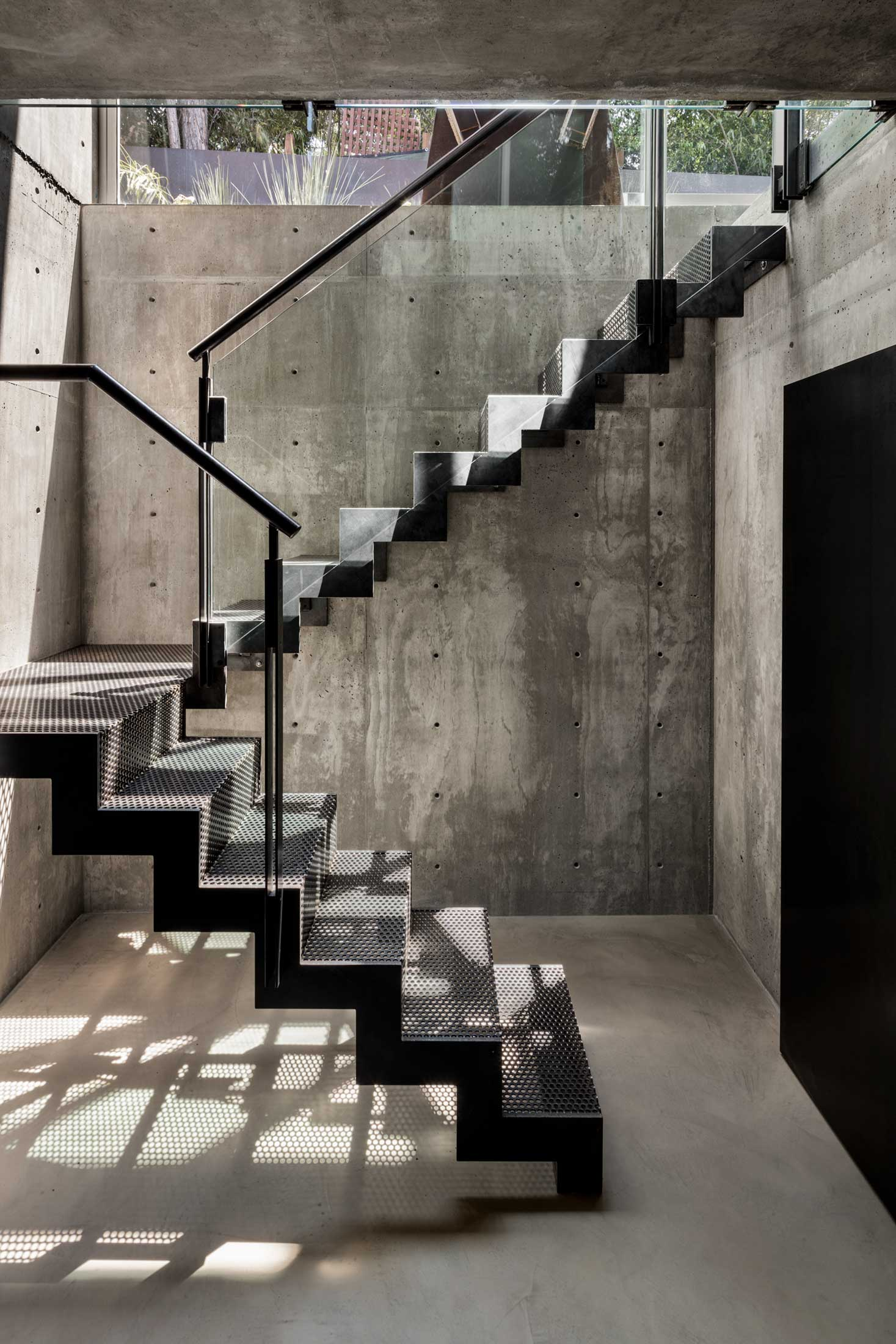 modern-architecture-residential-stairwell-concrete-california-shubindonaldson-skyline-4