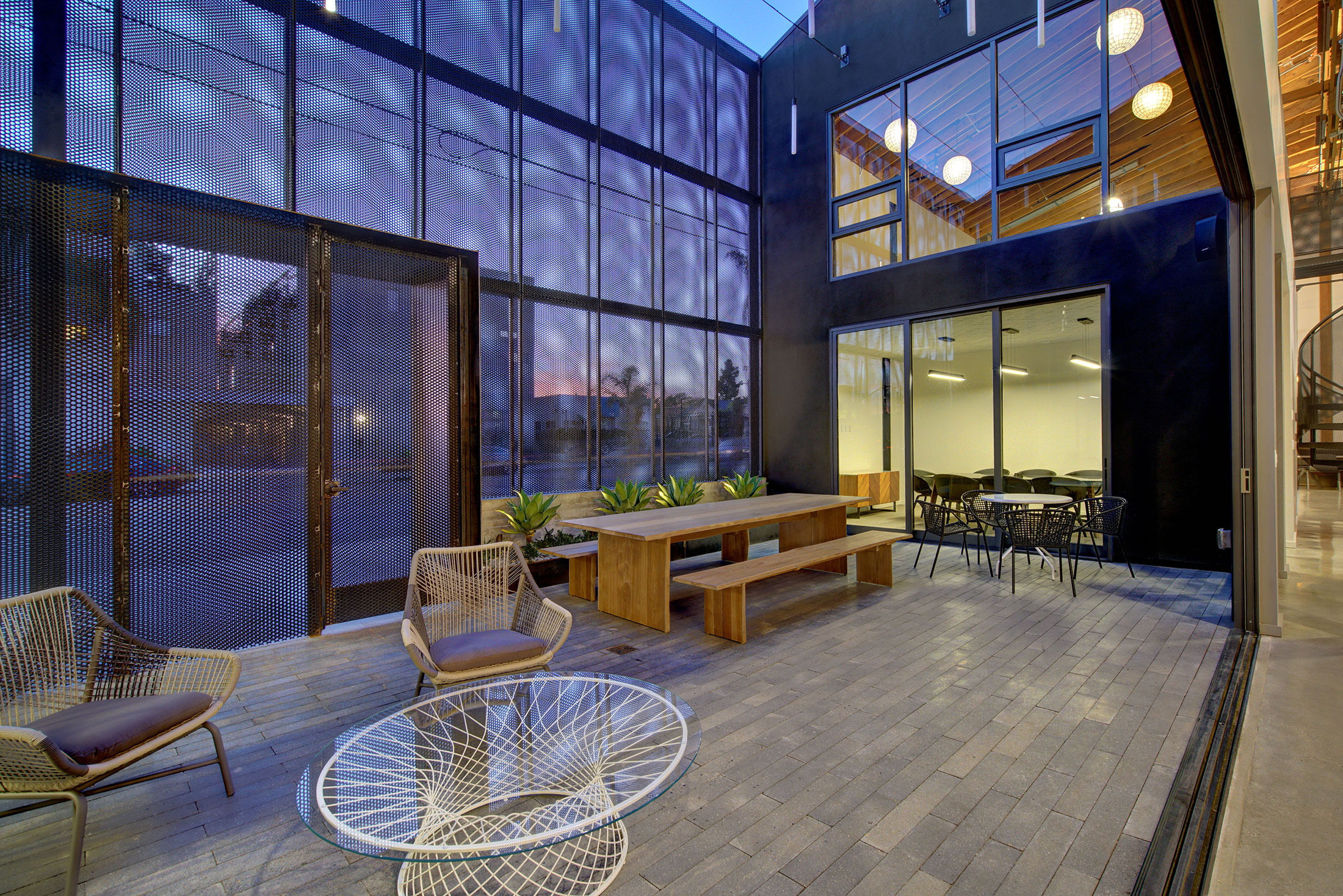 modern-architecture-building-adaptive-reuse-workplace-exterior-shubindonaldson-720cahuenga-2
